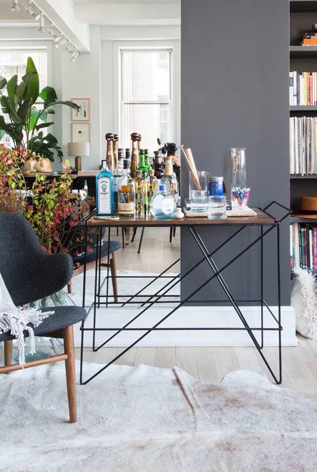 Barzinho para sala de estar moderno com linhas retas, base de metal e tampo de madeira