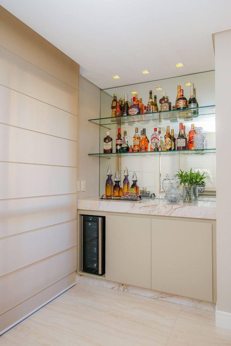 Este barzinho para sala foi montado em um espaço totalmente dedicado para ele