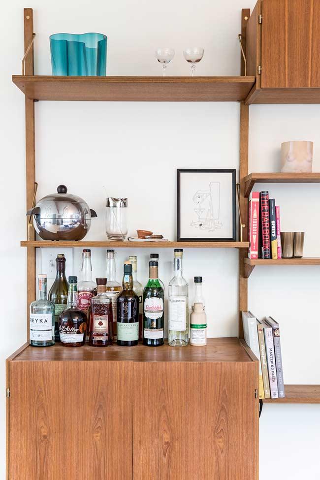 A organização das garrafas deixa esse barzinho para sala impecável