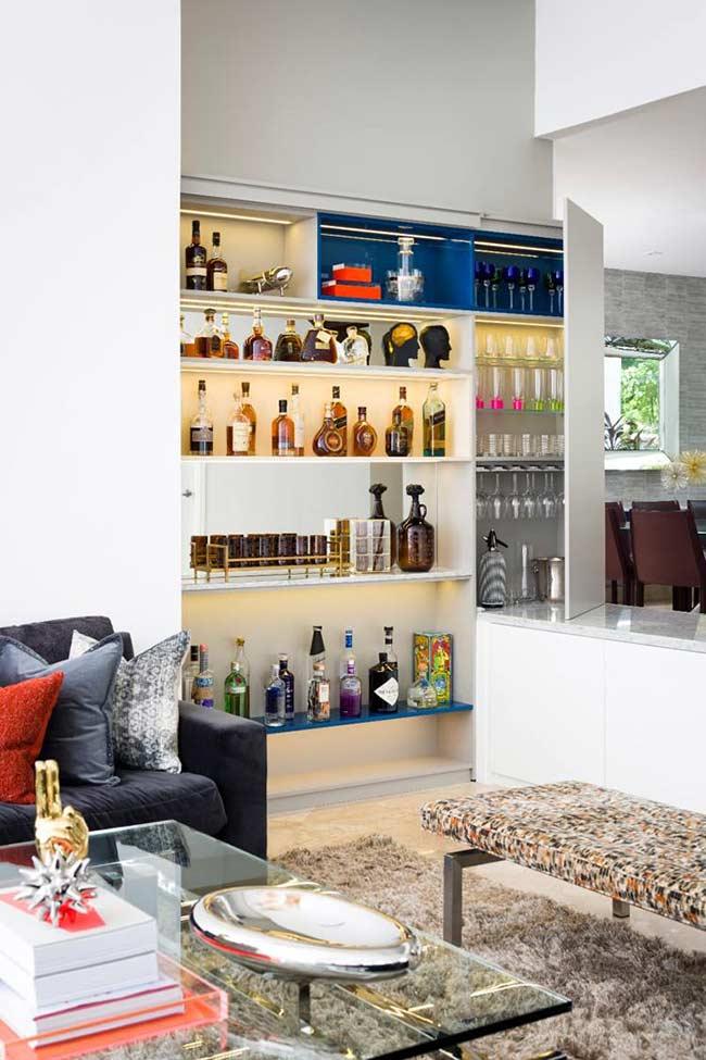 Agora se a ideia é formar uma coleção de bebidas variadas, você pode optar por diversas prateleiras instaladas diretamente na parede