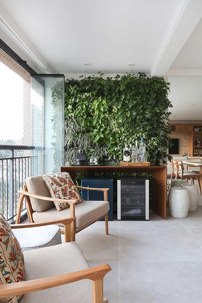 O jardim vertical é o plano de fundo desse barzinho para sala