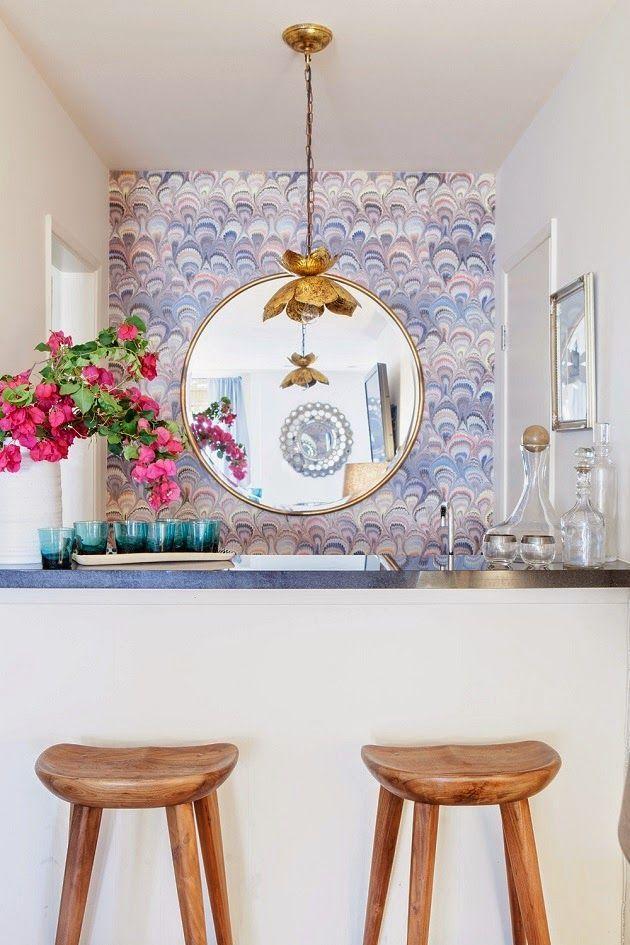 Um toque de leveza, frescor e delicadeza para esse bar com balcão de concreto