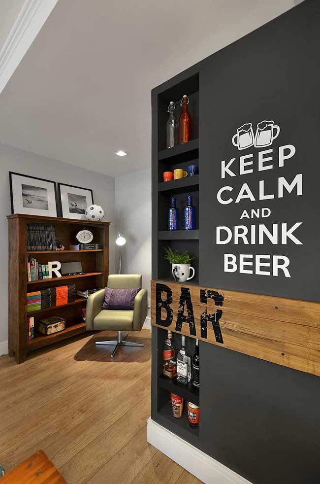 Já esse outro bar embutido na parede é formado por nichos de tamanhos variados
