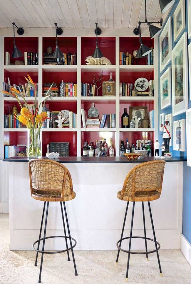Banquetas confortáveis e uma decoração que enche os olhos: é ou não é um ótimo lugar para apreciar um drinque?