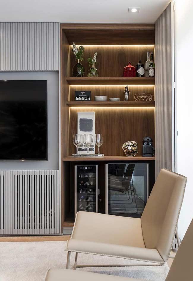 Nessa sala, o bar foi colocado ao lado da TV, mas repare que ele possui uma porta permitindo deixar o bar à mostra ou não, dependendo da ocasião