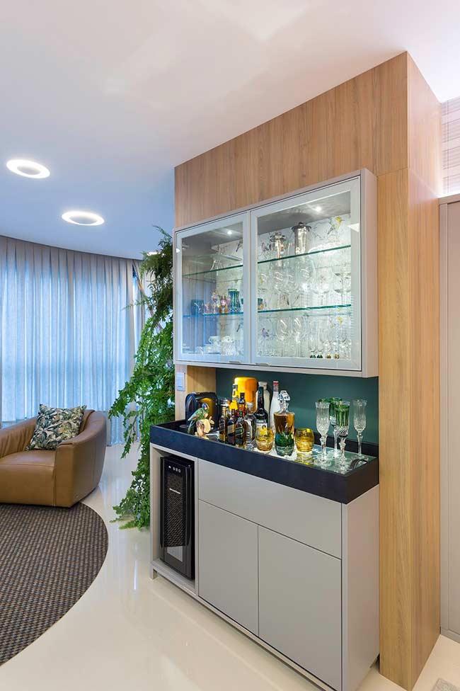 Barzinho para sala moderno contrastado pela clássica cristaleira de vidro suspensa