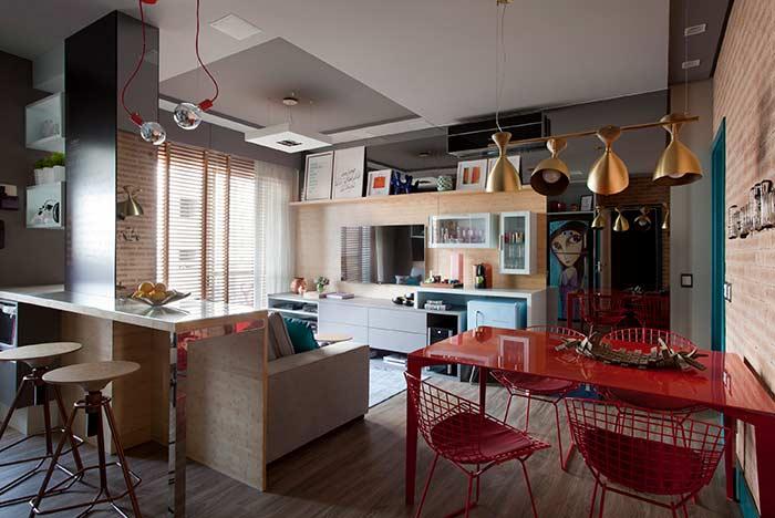 Essa sala traz o barzinho para sala sobre o rack da TV