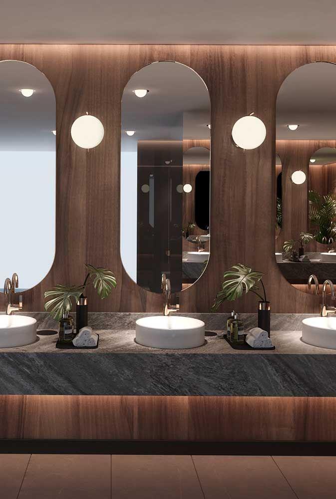 Banheiro sofisticado todo em madeira também se rendeu ao encanto verde das folhas de Costela de Adão