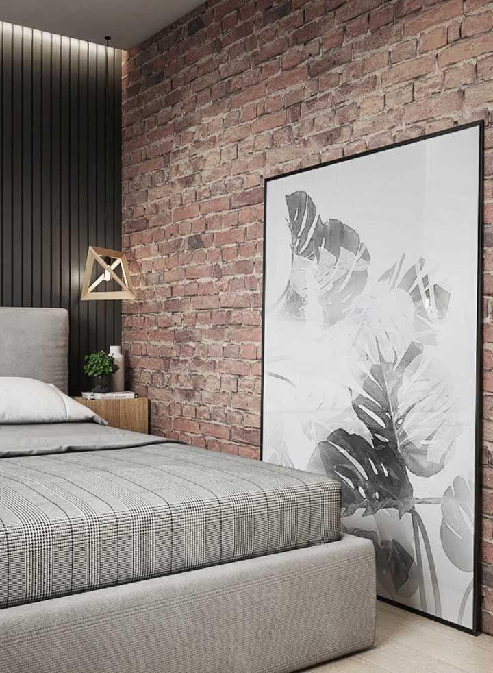 A parede de tijolinhos recebeu muito bem o quadro com folhas em preto e branco de Costela de Adão