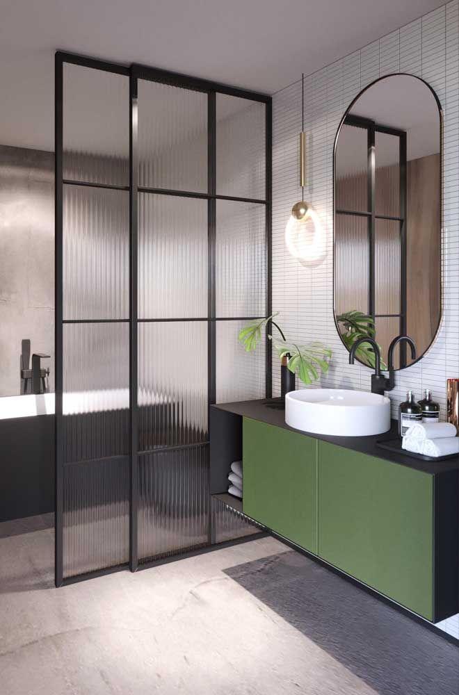 As portas verdes desse armário de banheiro se ligam diretamente ao verde das folhas de Costela de Adão
