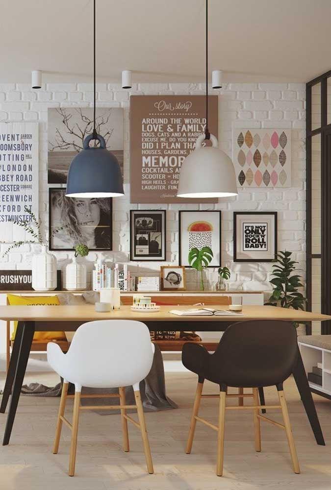 A sala de jantar moderna apostou no mix de texturas e padrões, entre eles o verde da Costela de Adão