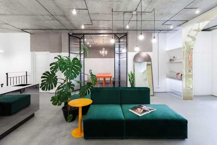 O ambiente de estilo industrial fica mais confortável visualmente com o vaso de Costela de Adão
