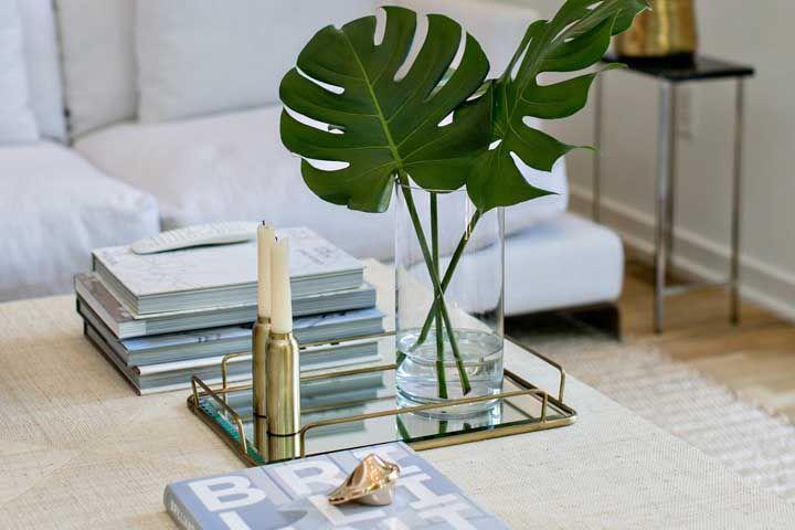 vaso de vidro com folhas de Costela de Adão