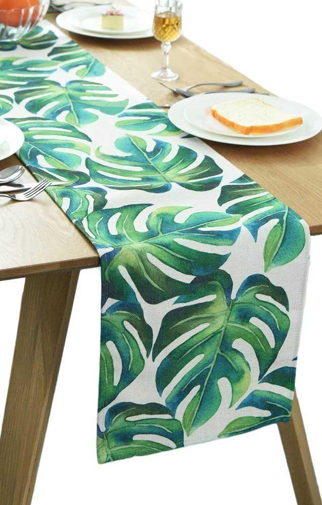 Deixe o momento da refeição mais descontraído com um caminho de mesa estampado com folhas de Costela de Adão