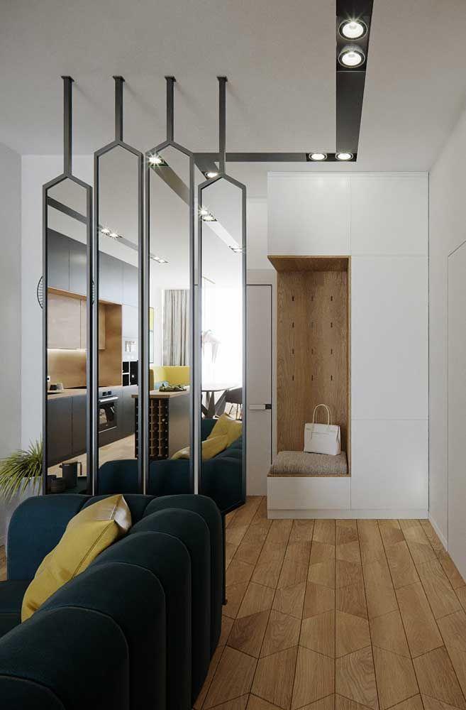 Ambiente alongado com espelho para sala