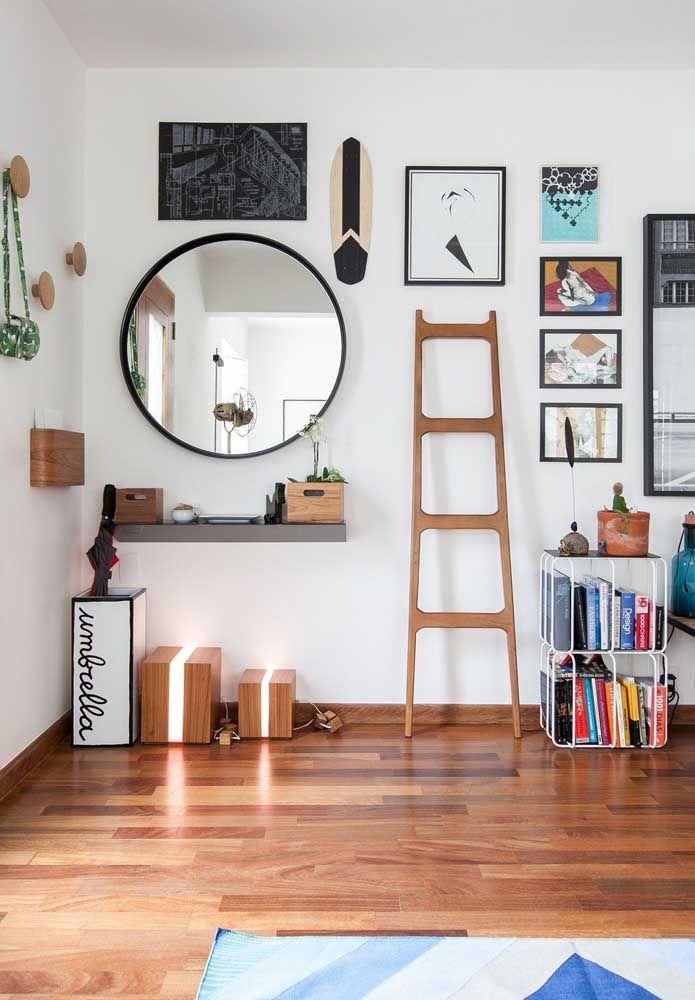 O espelho redondo no cantinho da sala completa a decoração descontraída do lugar