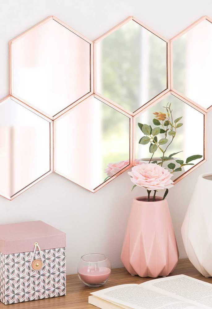 Esses espelhos em formato de hexágonos traduzem a alma romântica e delicada do ambiente