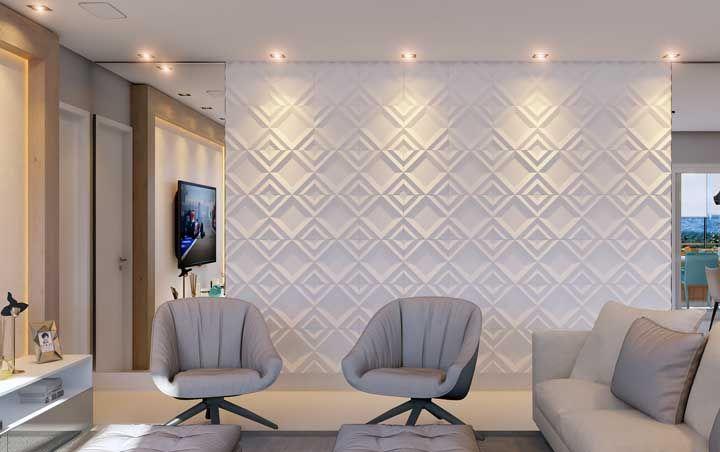 Nessa sala, parede 3D e espelho convivem harmoniosamente, cada um fazendo o seu trabalho