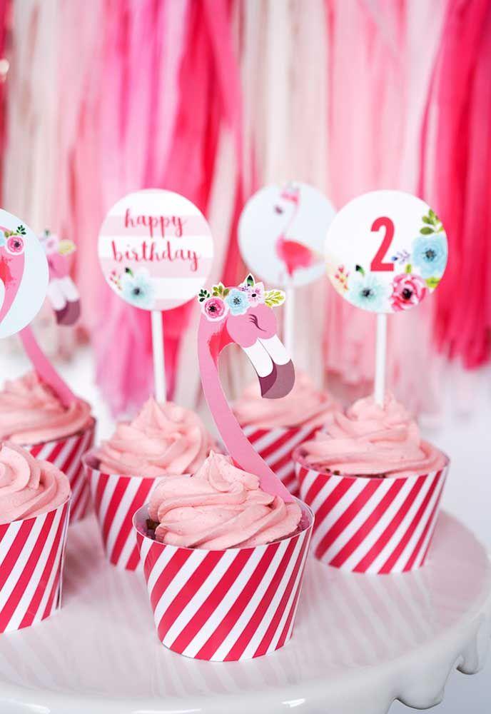 Pink flamingo cupcake: use uma plaquinha como topper para decorar os seus bolinhos recheados