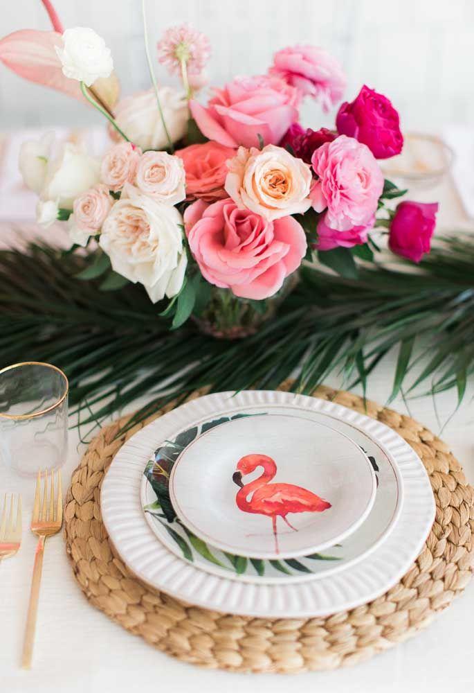 Outra perspectiva da mesma mesa com tema festa flamingo