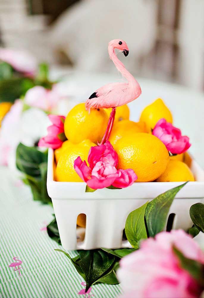 Frutas frescas na mesa da festa tropical