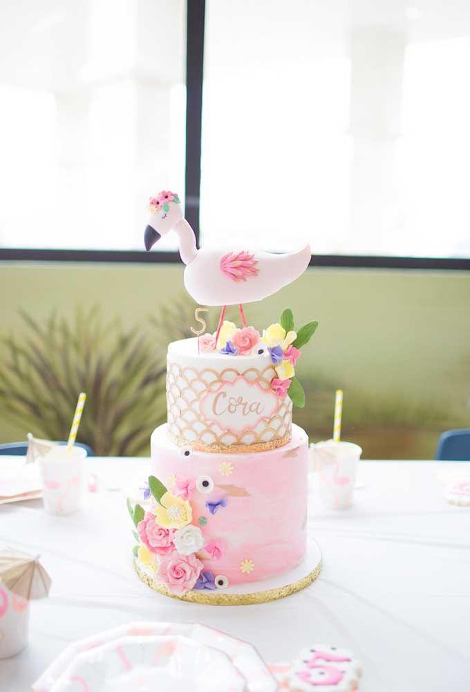 Traga o flamingo e muitas flores coloridas para a decoração do seu bolo de aniversário