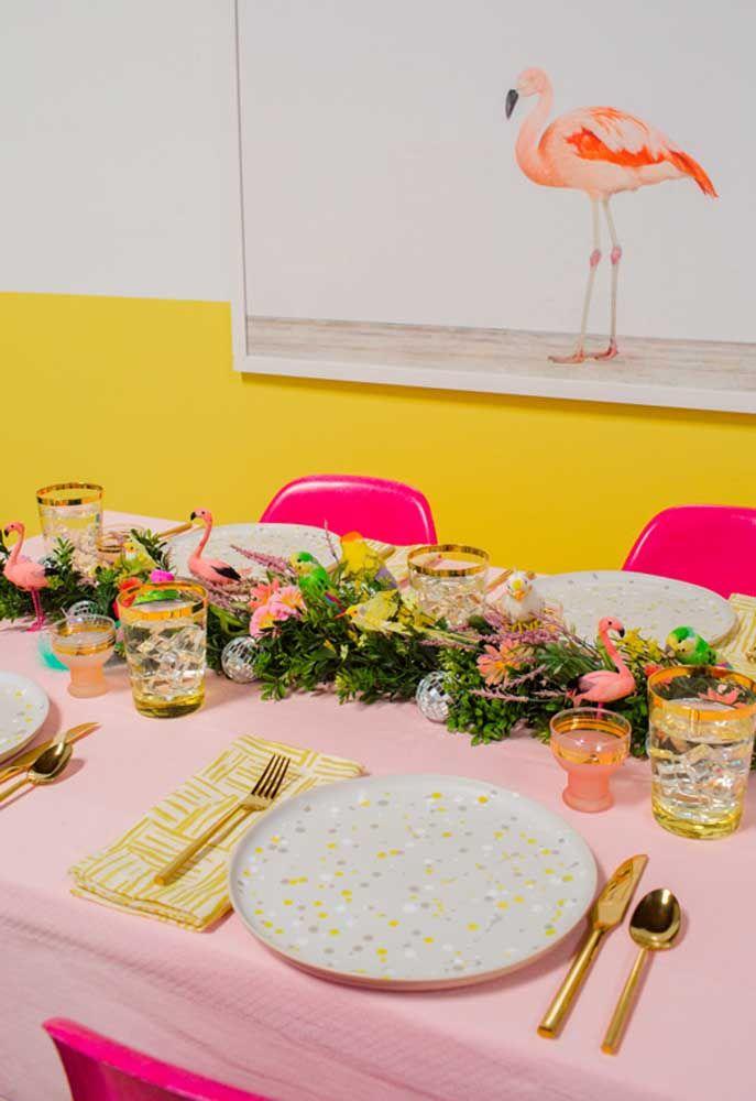 Caminho verde como centro de mesa para festa flamingo