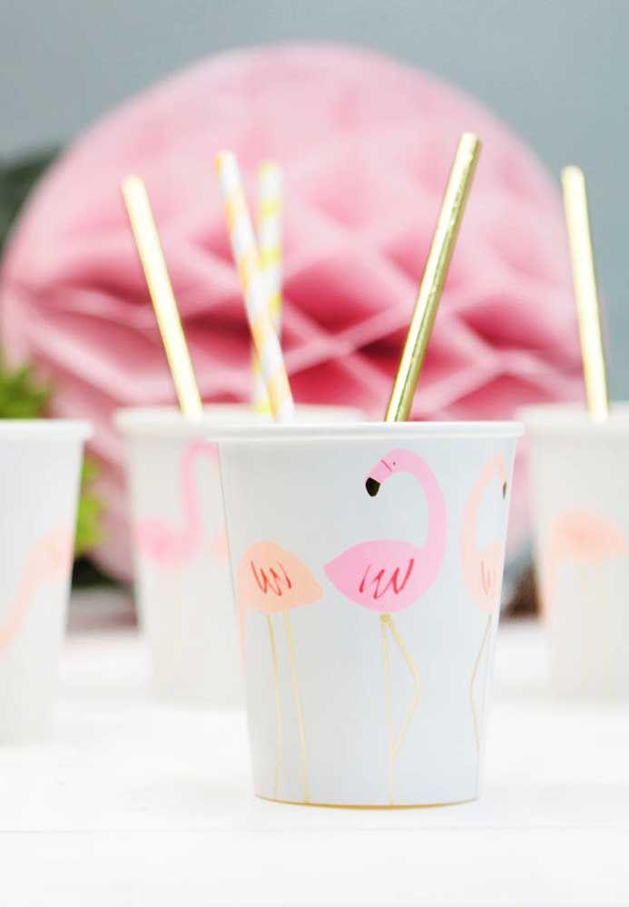 Aposte também nos itens descartáveis com a estampa de flamingos