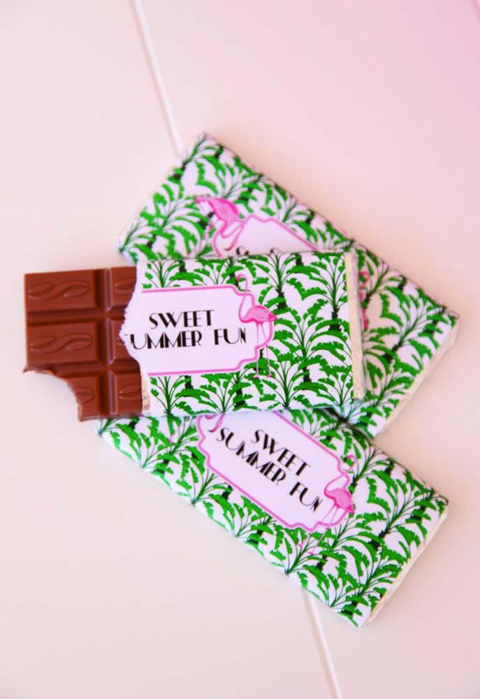 Crie novos rótulos personalizados para docinhos industrializados, como estas barras de chocolate para o verão