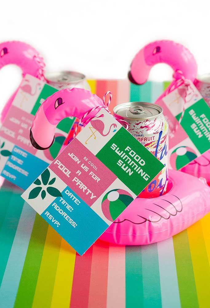 Um convite personalizado e super divertido para a sua festa flamingo na piscina