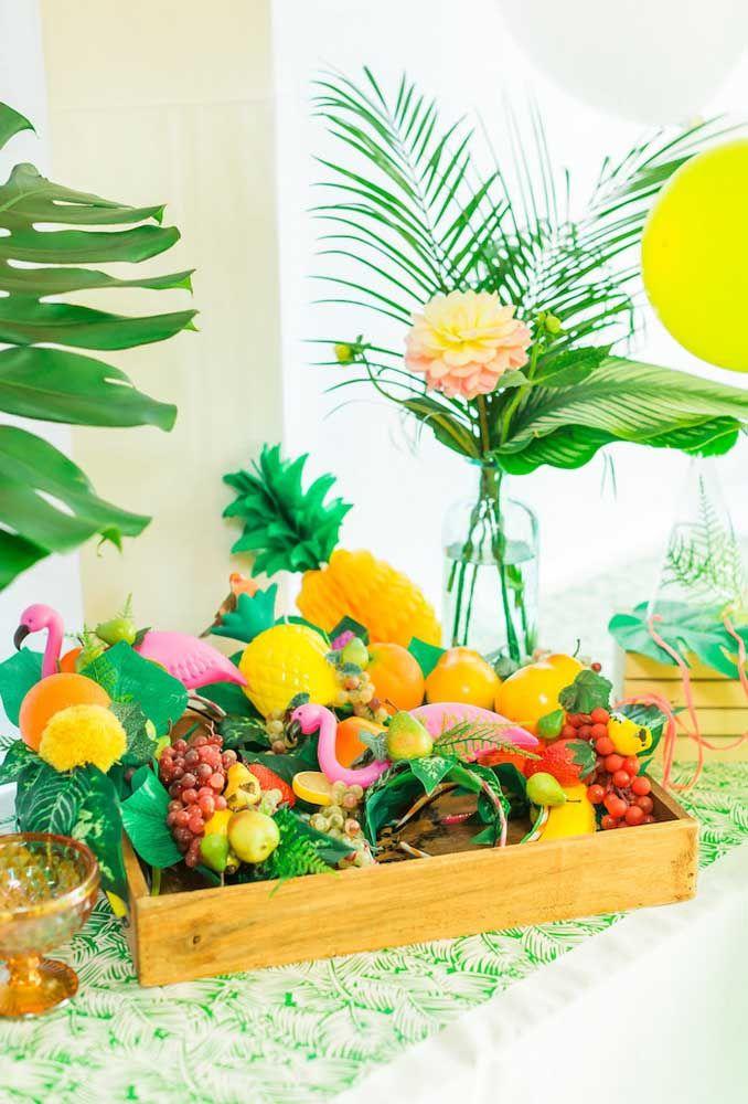 Festa tropical com cestas de frutas