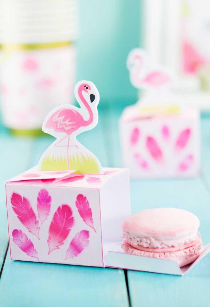 Lembrancinha com caixinha personalizada de flamingo para quem carrega um docinho super delicado