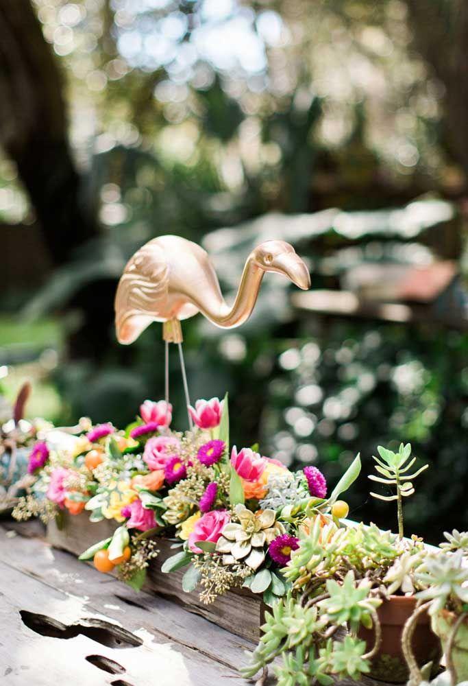 Para festas ao ar livre, vale usar canteiros de flores e de plantinhas e, claro, os famosos flamingos como decoração de jardim!