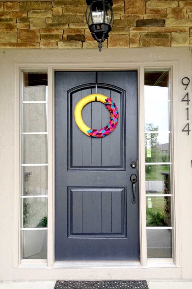 De cores fortes e contrastantes, essa guirlanda de feltro foi feita para aparecer e se destacar na entrada da casa