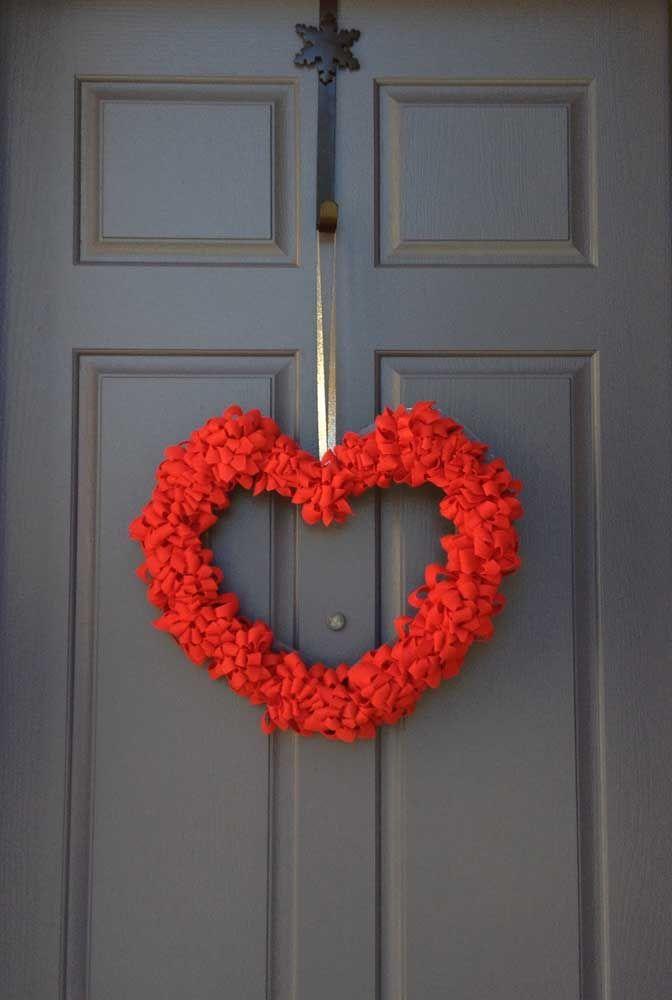 Uma guirlanda em formato de coração feito com retalhos de feltro, apaixonante!