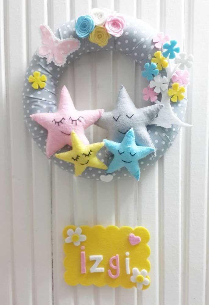 E para receber super bem o novo membro da família, uma guirlanda feita com estrelas e flores de feltro