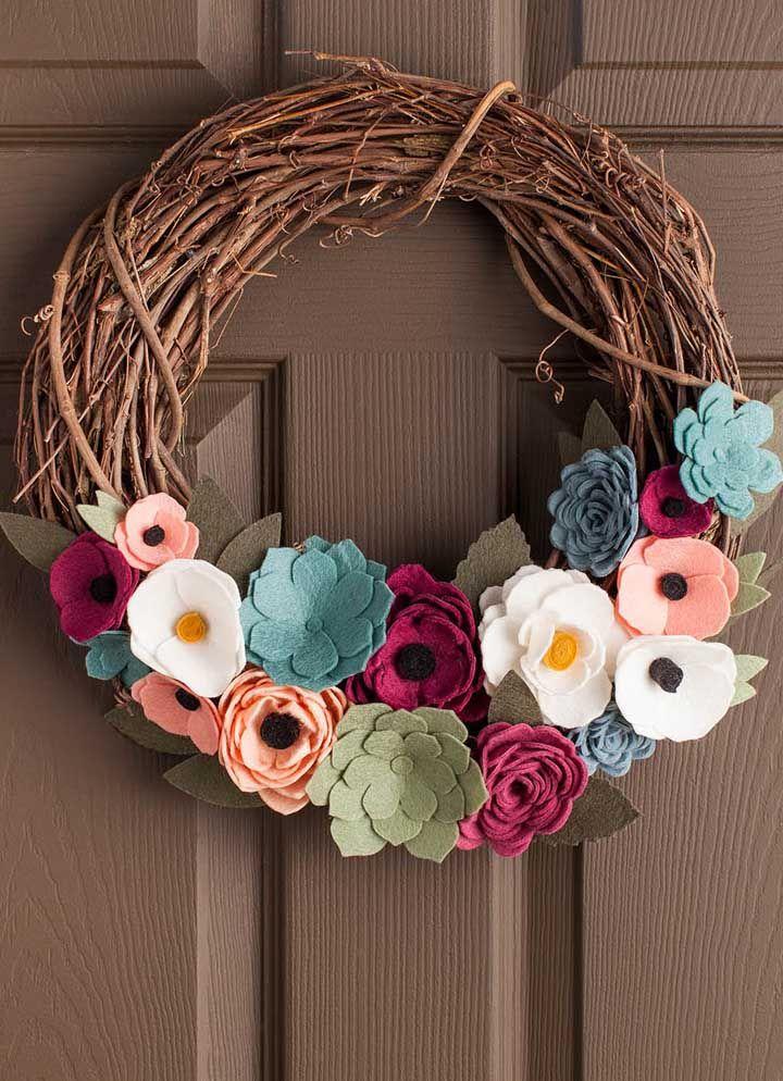 Galhos secos e flores de feltro para formar uma guirlanda rústica e muito charmosa