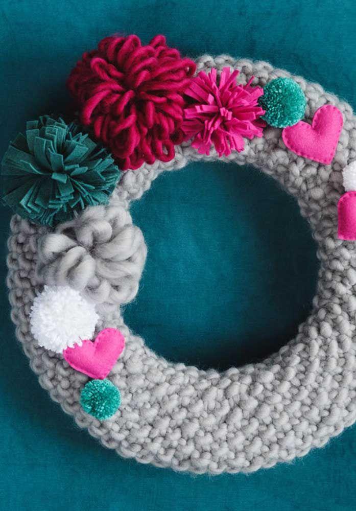 E que tal misturar crochê com feltro para montar uma linda guirlanda para a porta?