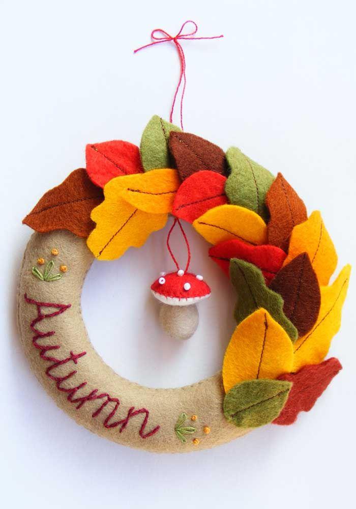 Nas cores do inverno: essa guirlanda apostou em folhas variadas de feltro para decorar a porta
