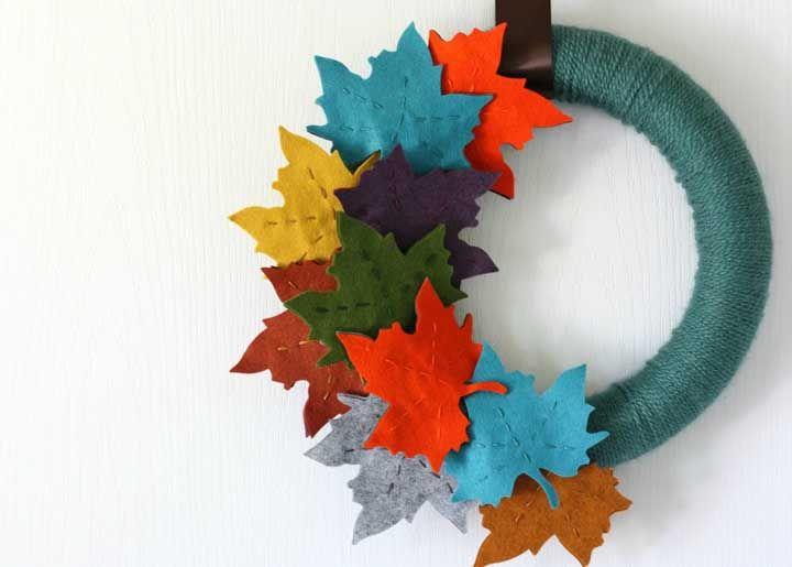 Uma guirlanda de feltro com folhas de Maple