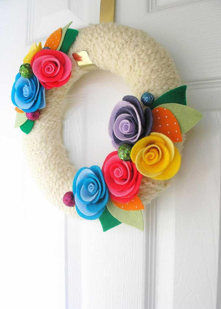 Rosas de feltro decoram essa guirlanda com base em lã