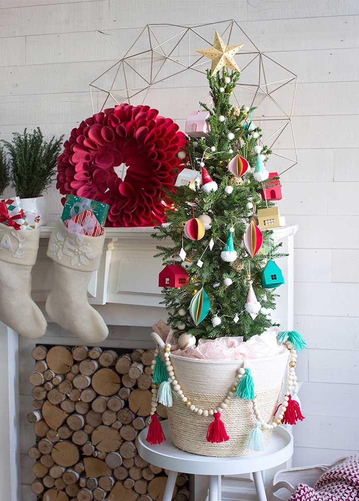 Na cor do Natal: essa guirlanda foi toda feita com pétalas de feltro vermelhas