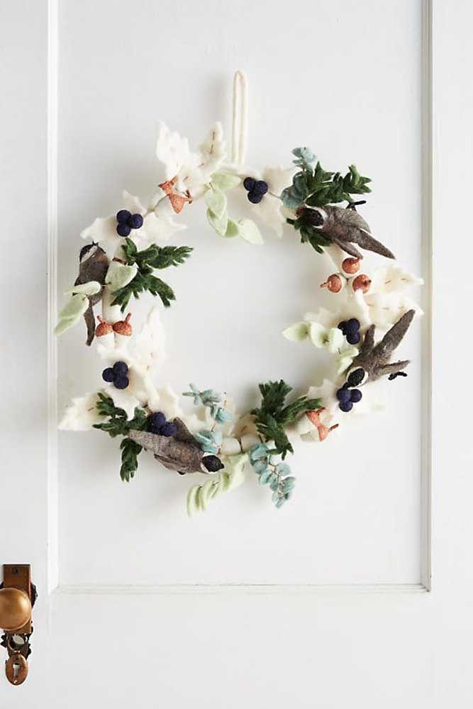 Pássaro, flores e frutos: essa guirlanda de feltro é perfeita para quem aprecia os elementos da natureza