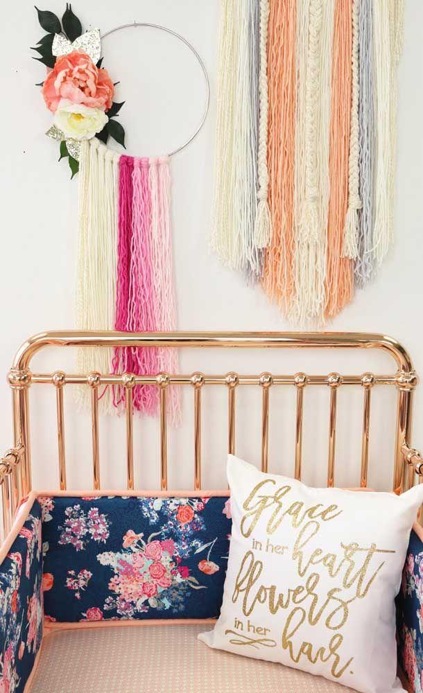 Filtro dos sonhos grande sem teia, mas que transmite muita alegria nos tons bege e rosa