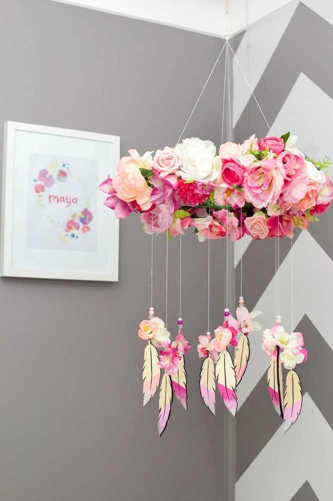 Um lindo móbile de filtro dos sonhos com muitas flores e pureza