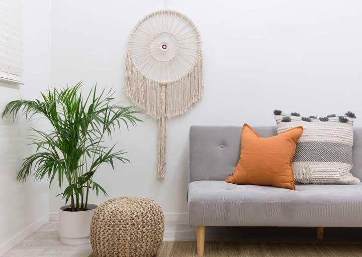 Sala de estar com mais um incrível filtro dos sonhos em macramê
