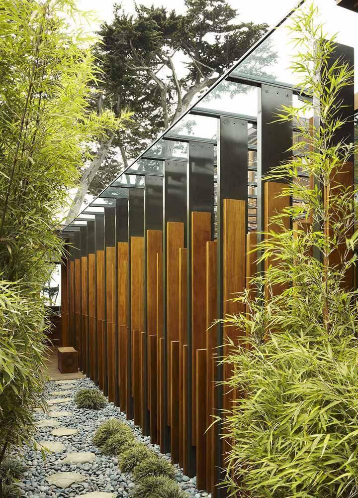 Nesse caminho zen os bambus mossô, a madeira e as pedras formam um trio de grande destaque