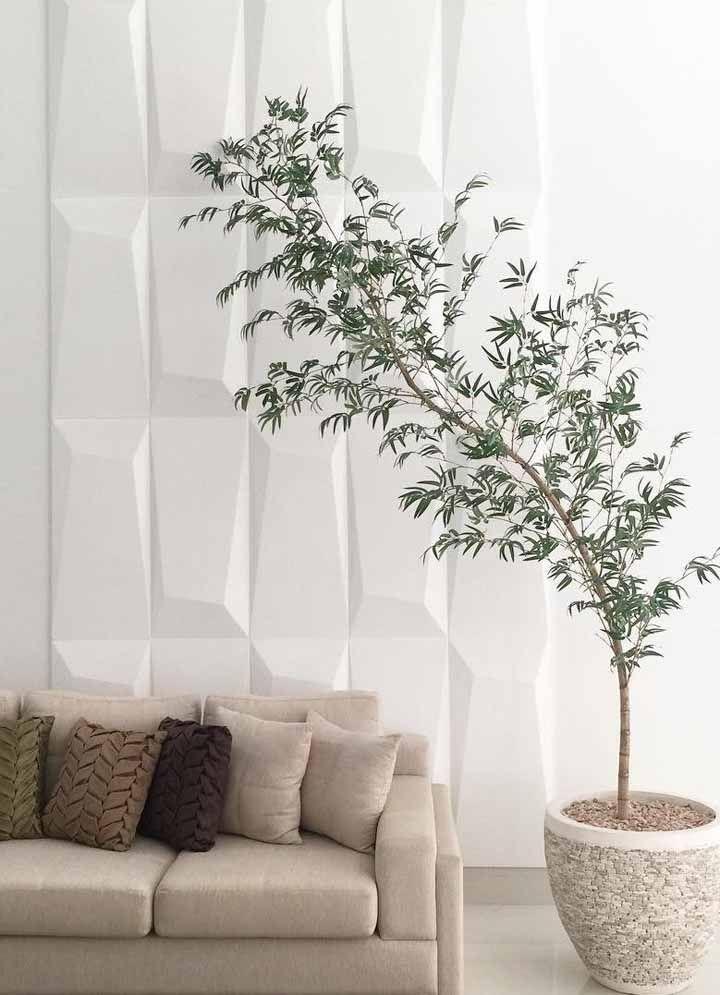 O bambu mossô é a grande estrela dessa sala de tons neutros e suaves