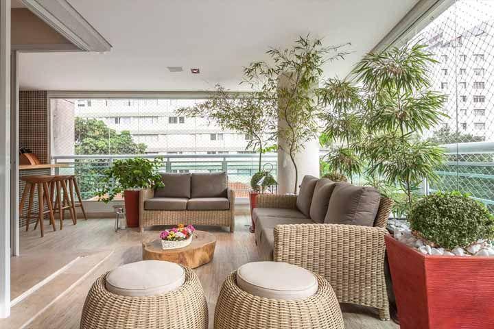 Na varanda, os bambus mossôs são puro charme, elegância e frescor