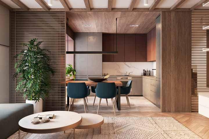 Essa decoração que tem como base elementos em madeira deu continuidade a proposta natural com o vaso de bambu mossô entre os ambientes